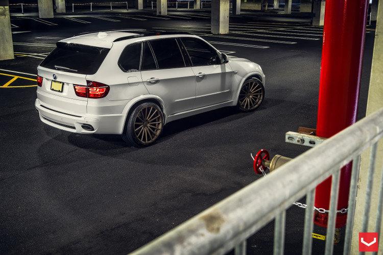 Alpine-White-BMW-X5-With-Vossen-Wheels-4-750x500.jpg